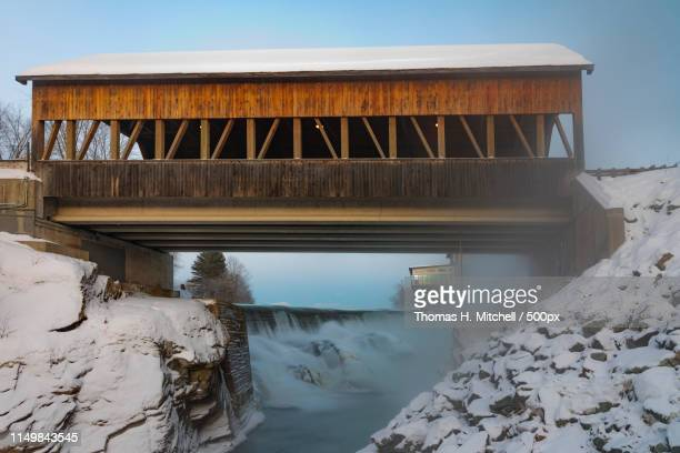 vermont-quechee-quechee-covered bridge - brook mitchell stock pictures, royalty-free photos & images