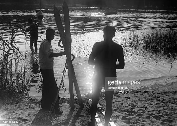 vermutlich in Berlin Männer bei Vorbereitungen für Wasserskifahren undatiert vermutlich 1920er JahreFoto Presseverlag Fotoaktuell GmbH