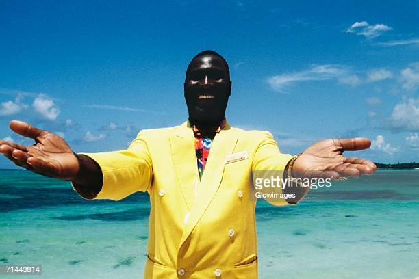 vernal sands, good will ambassador offers a warm welcome at crystal palace, nassau, bahamas - ambassador stock pictures, royalty-free photos & images