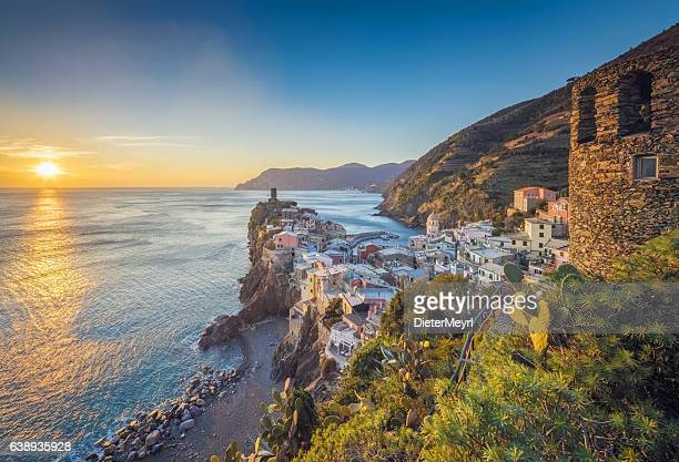 vernazza at sunset, cinque terre national park, ligurian riviera, italy - mediterrane kultur stock-fotos und bilder