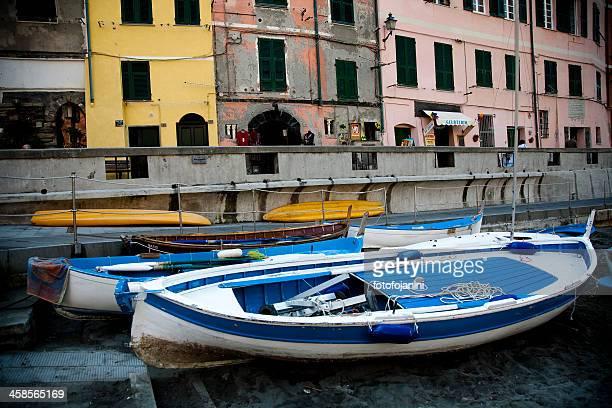vernazza multicolore rowboats - fotofojanini foto e immagini stock