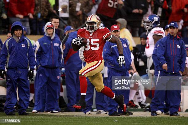 Vernon Davis of the San Francisco 49ers scores a 73yard toucdown reception against the New York Giants in the first quarter during the NFC...