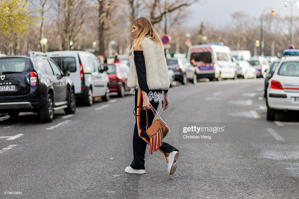 Street Style -Paris Fashion Week : Day Three Womenswear Fall Winter 2016/2017 : News Photo