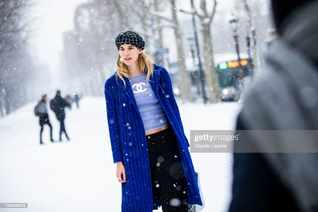 Street Style - Paris Fashion Week - Haute Couture Spring Summer 2020 : Day Two : Photo d'actualité