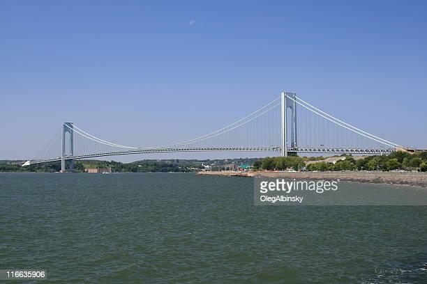 Ponte Verrazano-Narrows, Cidade de Nova Iorque. Claro céu azul.