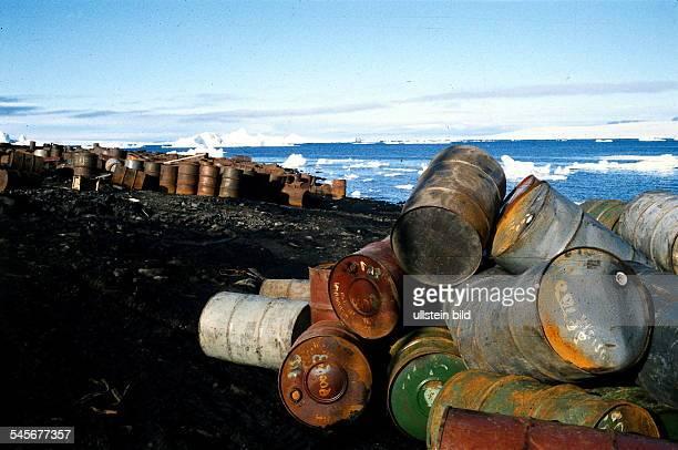 Verrostete Ölfässer vor Eisbergen aufeiner Insel in FranzJosefLand imnördlichen Eismeer 1996