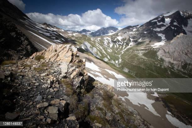 vers le val des glaciers dans le massif du mont blanc - valle d'aosta foto e immagini stock