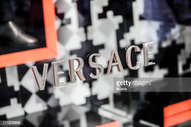 versace store sign in milan city centre - versace modelabel stockfoto's en -beelden