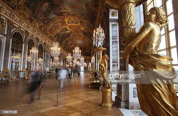 TO GO WITH AFP STORY IN FRENCH BY FABIENNE FAUR LA GALERIE DES GLACES A VERSAILLES A RETROUVE SON ECLAT View taken 22 June 2007 shows the Hall of...
