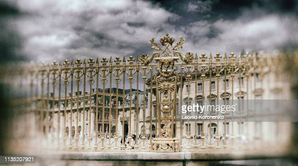 versailles palace fence - yvelines stock pictures, royalty-free photos & images
