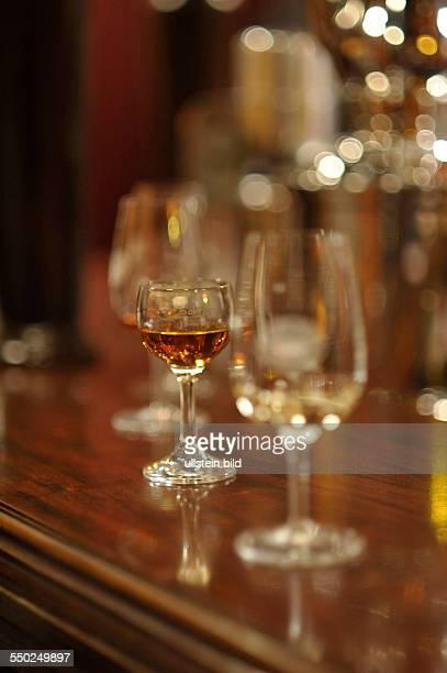 Verschiedene Gläser auf dem Tresen einer Bar in Berlin