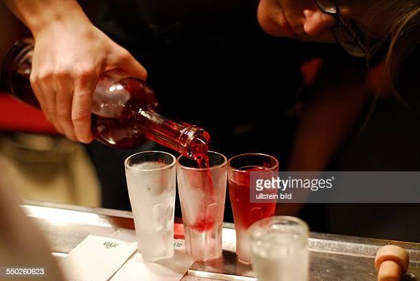 Verschiedene Vodka wird eingeschenkt