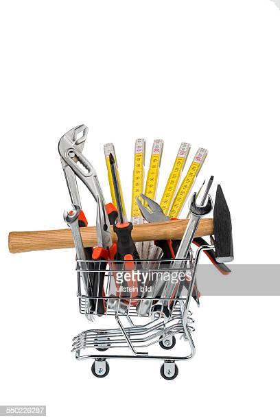 Verschiedene Werkzeuge eines Handwerkers liegen nebeneinander auf weißem Hintergrund