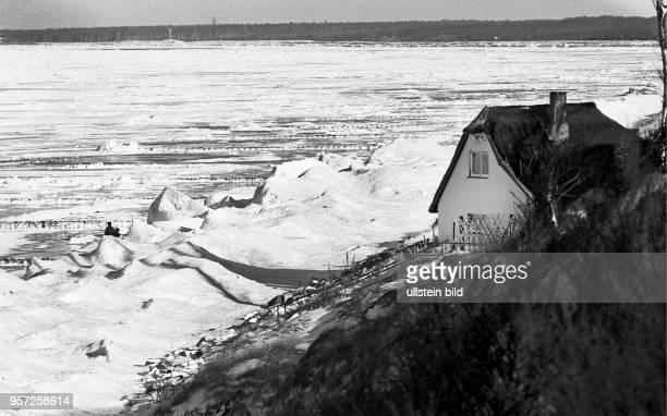 Verschneite Küste unterhalb vom Grenzweg in Ahresnhoop an der Ostsee, aufgenommen im Januar 1985. Auch in den Wintermoaten gehört das zwischen Meer...
