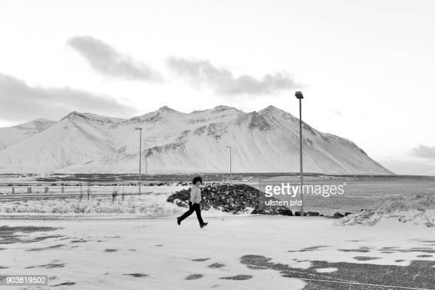 Verschneite Landschaft am Borgarfjördur nahe der Stadt Borgarnes in Island