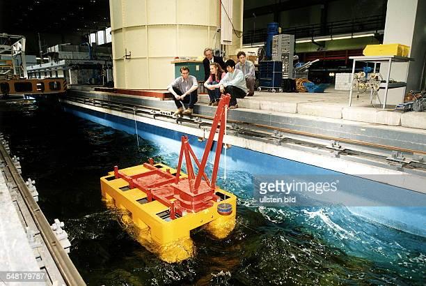 Versuchsanordnung am Institut für Schiffs und Meerestechnik der TU Berlin 1997