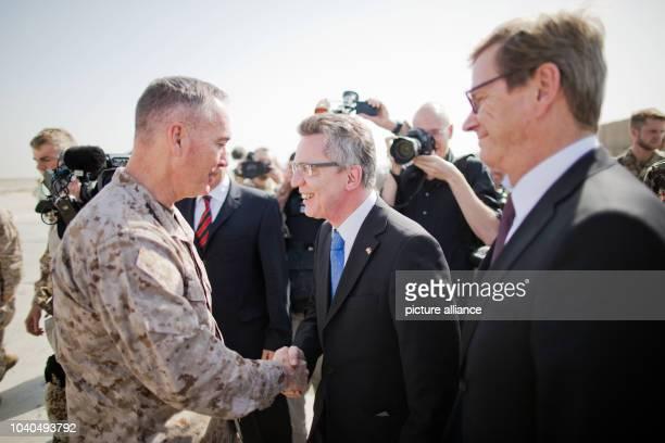 Verteidigungsminister Thomas de Maiziere und Außenminister Guido Westerwelle begrüßen am nach ihrer Ankunft im Feldlager der Bundeswehr in Kundus den...