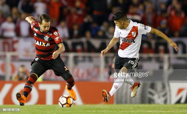 Éverton Ribeiro of Flamengo fights for the ball with Exequiel Palacios of River Plate during a match between River Plate and Flamengo as part of Copa...
