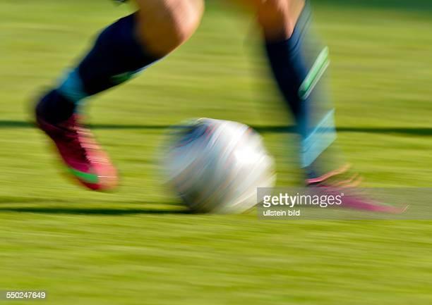 Verwischte Ball und Beine im Gegenlicht waehrend dem Fussball 2 Bundesliga Spiel Karlsruher SC gegen Greuther Fuerth am 4 Spieltag der Saison...