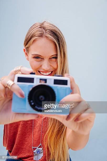 muito linda garota tirar fotos com a câmera azul - camera girls - fotografias e filmes do acervo