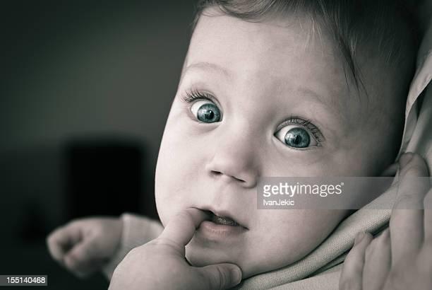 Très curieux bébé avec gros yeux