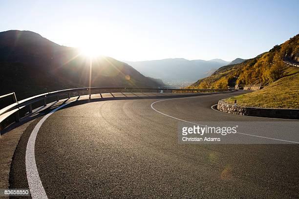 very curvey road - curvo foto e immagini stock