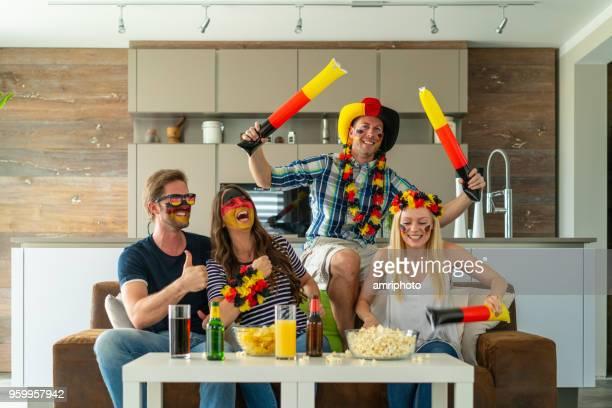 sehr glücklich deutschen Fußball-Fans zu Hause
