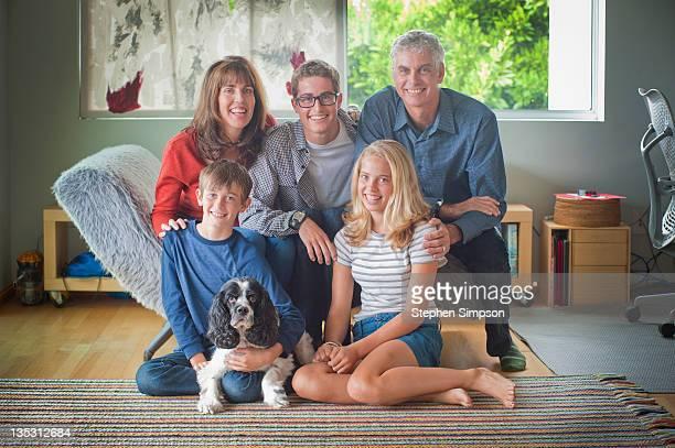 very informal family portrait - schwester stock-fotos und bilder