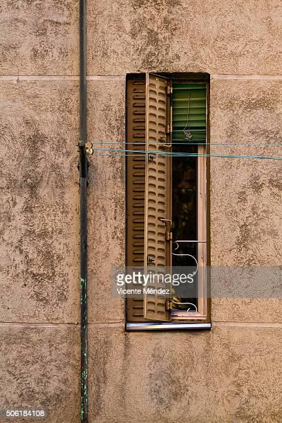 very narrow window - vicente méndez fotografías e imágenes de stock