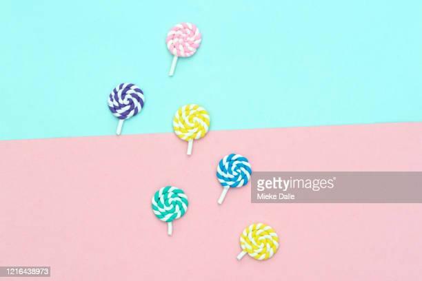 verzameling lolly's op gekleurde achtergrond - gekleurde achtergrond stock pictures, royalty-free photos & images