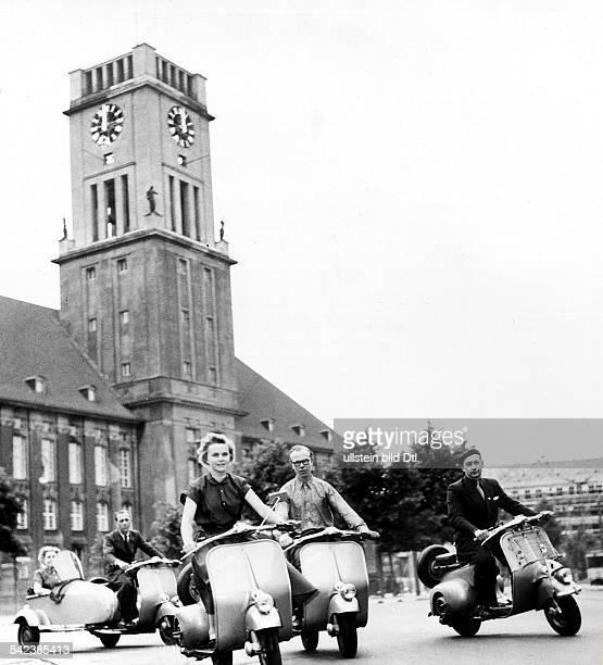 'Vespa' vor dem Schöneberger RathausBerlin 1953