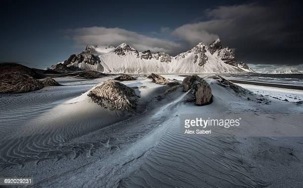 vestrahorn mountain in stokksnes, iceland during sunset. - alex saberi fotografías e imágenes de stock