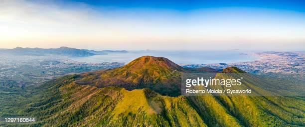 vesuvius volcano and gulf of naples at dawn, italy - parco nazionale foto e immagini stock