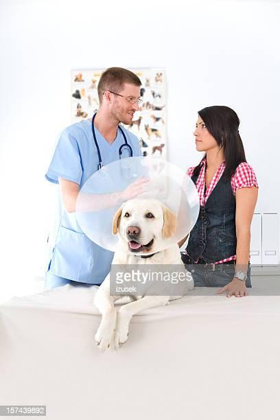 Tierarzt mit Hund und Besitzer
