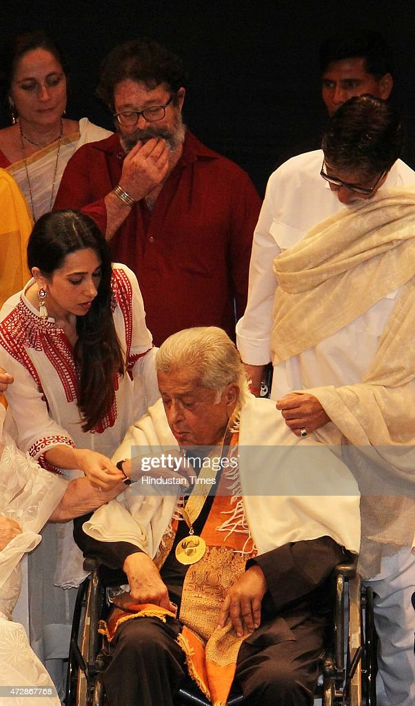 Veteran actor Shashi Kapoor and Bollywood actors Karisma Kapoor Sanjana Kapoor Kunal Kapoor and Amitabh Bachchan after receive the Dadasaheb Phalke...