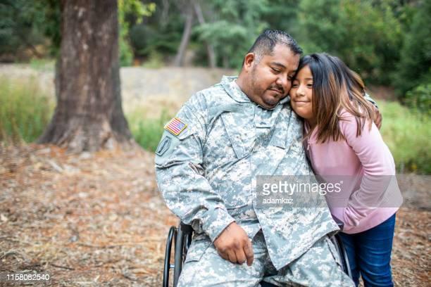 彼の娘を抱きしめるベテラン - 公的祝日 ストックフォトと画像