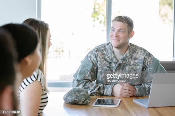 新しい軍の新兵との会合でベテラン - リクルーター ストックフォトと画像