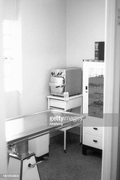 veterinary hopsital operating room 1959, retro - 1950 1959 stock pictures, royalty-free photos & images