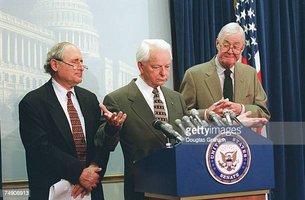 VETOCarl LevinDMich Robert C ByrdDWVaand Daniel Patrick MoynihanDNY during the press conference on the Supreme Court ruling on the Line Item Veto