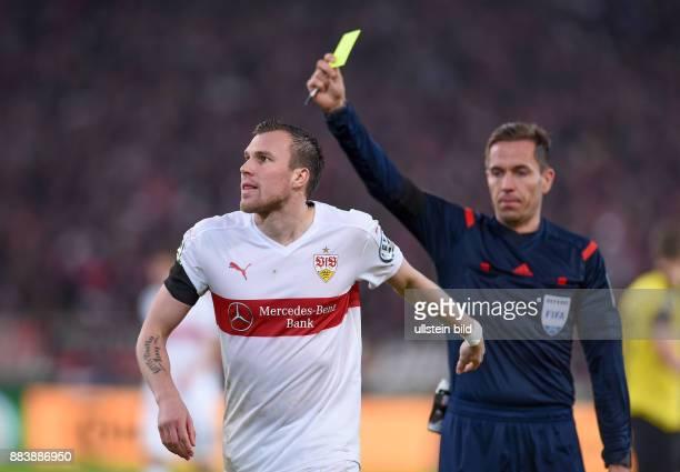 FUSSBALL VfB Stuttgart Borussia Dortmund Schiedsrichter Tobias Stieler zeigt Kevin Grosskreutz die Gelbe Karte