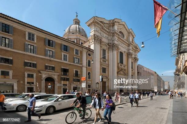 via del corso with pedestirans on a sunny afternoon in rome. - emreturanphoto stock pictures, royalty-free photos & images