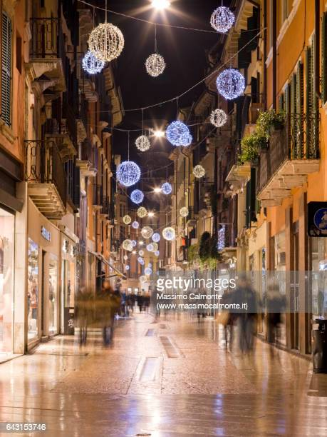 via giuseppe mazzini in verona - new york weihnachten stock-fotos und bilder