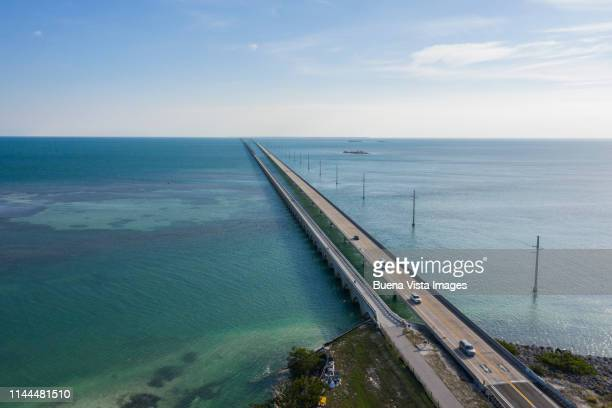 viaduct over the ocean - seven mile bridge stock pictures, royalty-free photos & images