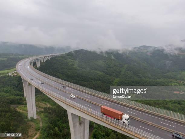 viaduct met verkeer tijdens mist, crni kal, primorska regio, slovenië - slovenië stockfoto's en -beelden