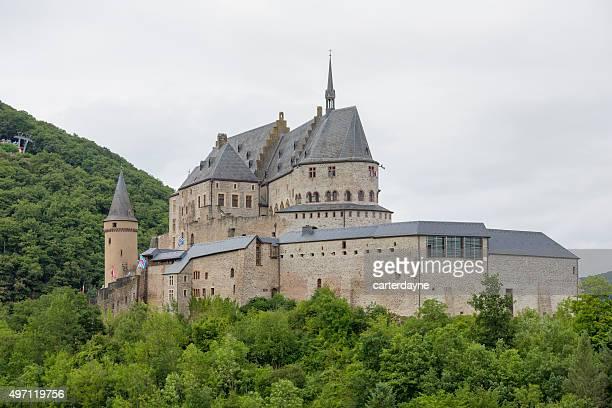 schloss vianden, luxemburg europa sommer reiseziel - wahrzeichen stock-fotos und bilder