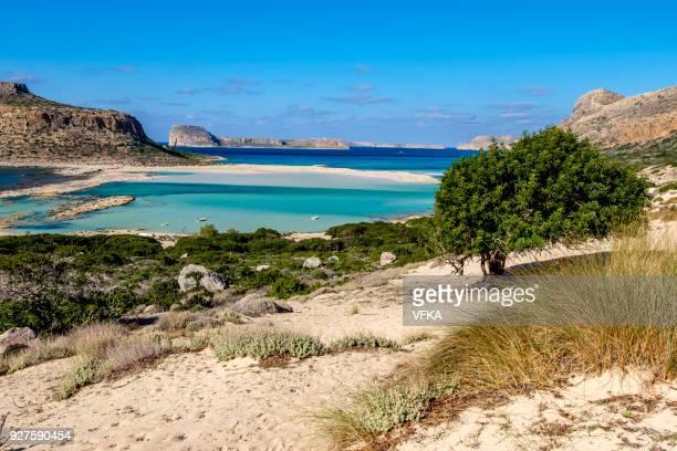 vibrante azul laguna de la playa de balos, gramvousa, creta, grecia - creta fotografías e imágenes de stock
