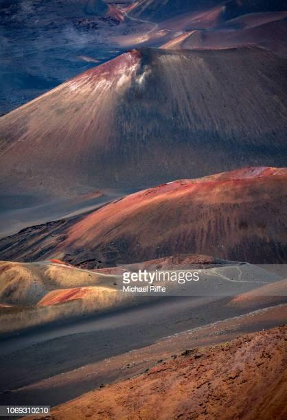 vibrant colors in mt. haleakala crater, maui, hawaii - cratere vulcano foto e immagini stock