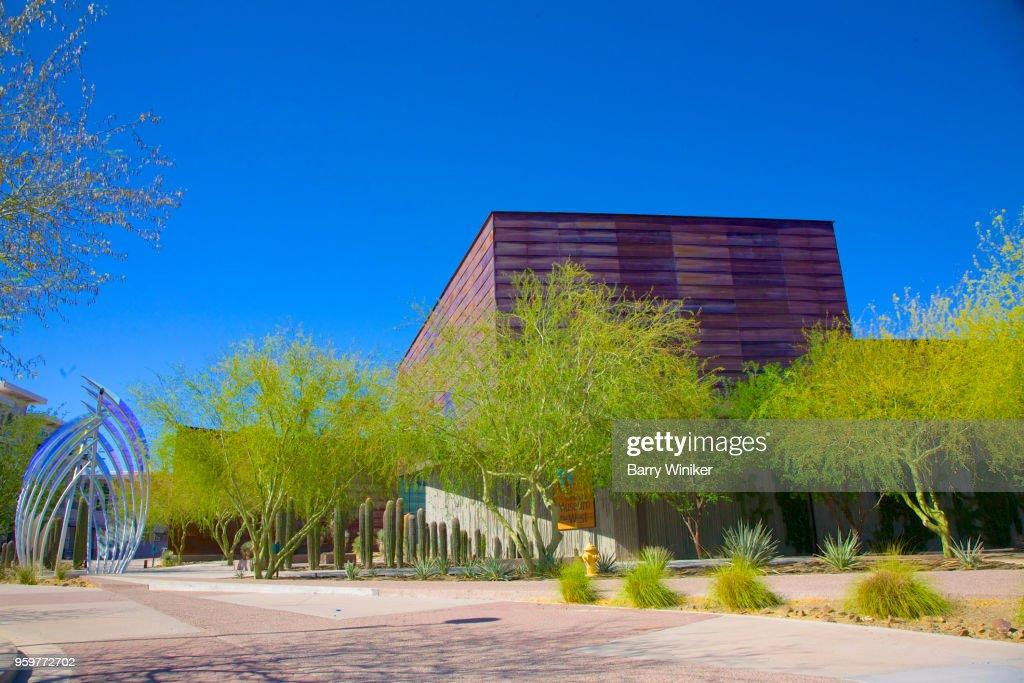 Vibrant green trees outside new Scottsdale, AZ museum : Stock-Foto