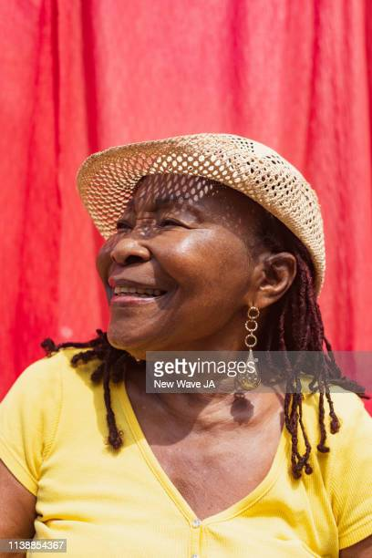 vibrant senior woman of jamaica - femme antillaise photos et images de collection