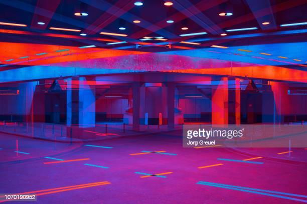 vibrant tunnel - viola colore foto e immagini stock